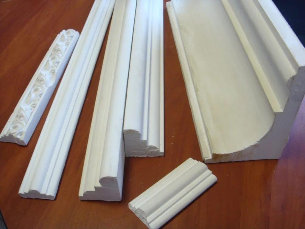 Как выбрать ширину потолочного плинтуса