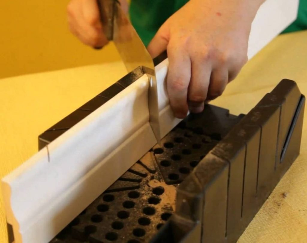 Стусло -инструмент для резки потолочного плинтуса
