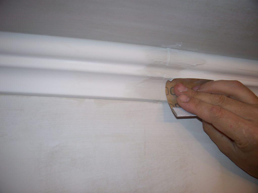 Техника работы с потолочным плинтусом