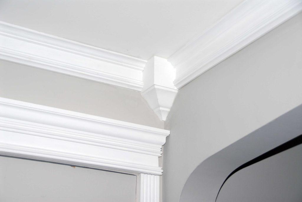 Как покрасить плинтус на потолке