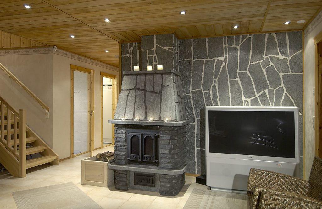 Внутренняя отделка дома имитацией бруса с декоративным камнем
