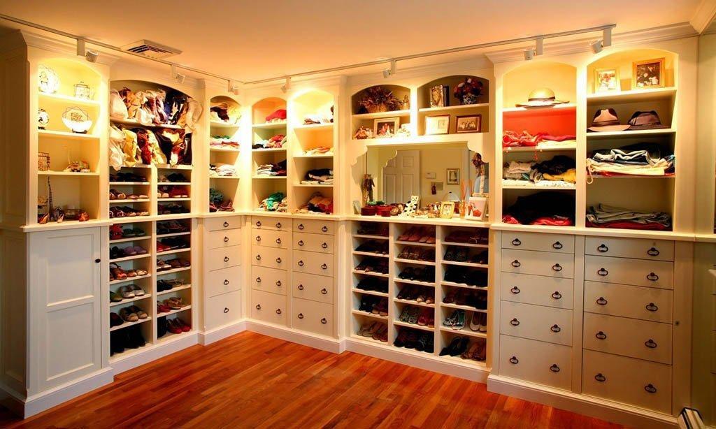Как развесить вещи в гардеробной