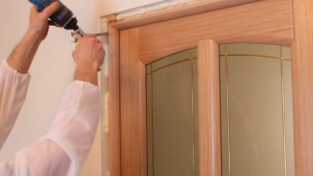 Монтаж дверей: запенивание щелей