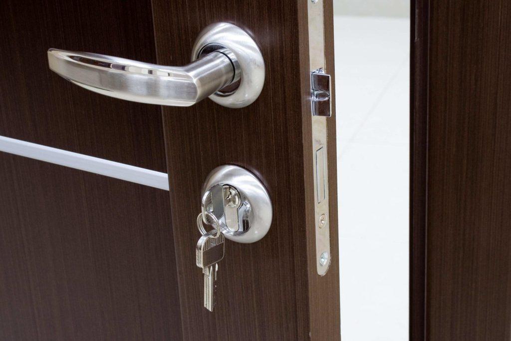 Как установить фурнитуру на дверь