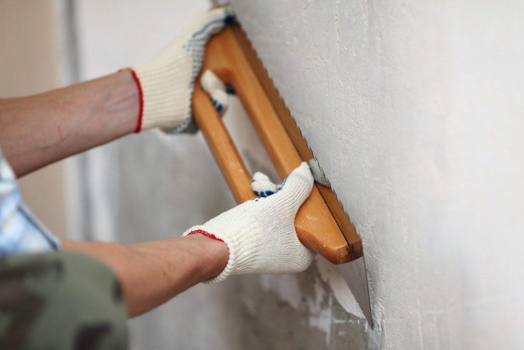 Как выравнять стены под плитку