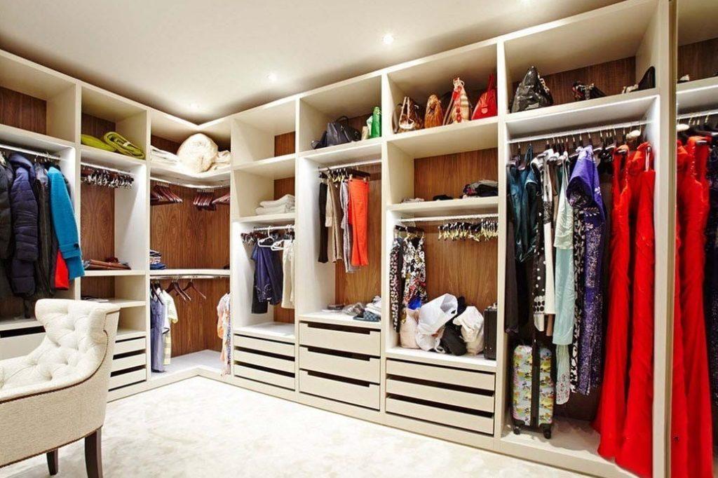 Закрытая гардеробная: плюсы и минусы