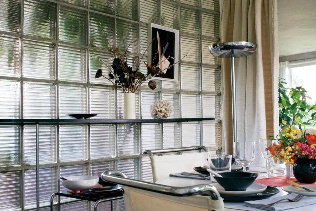 Конструкция из стеклоблоков