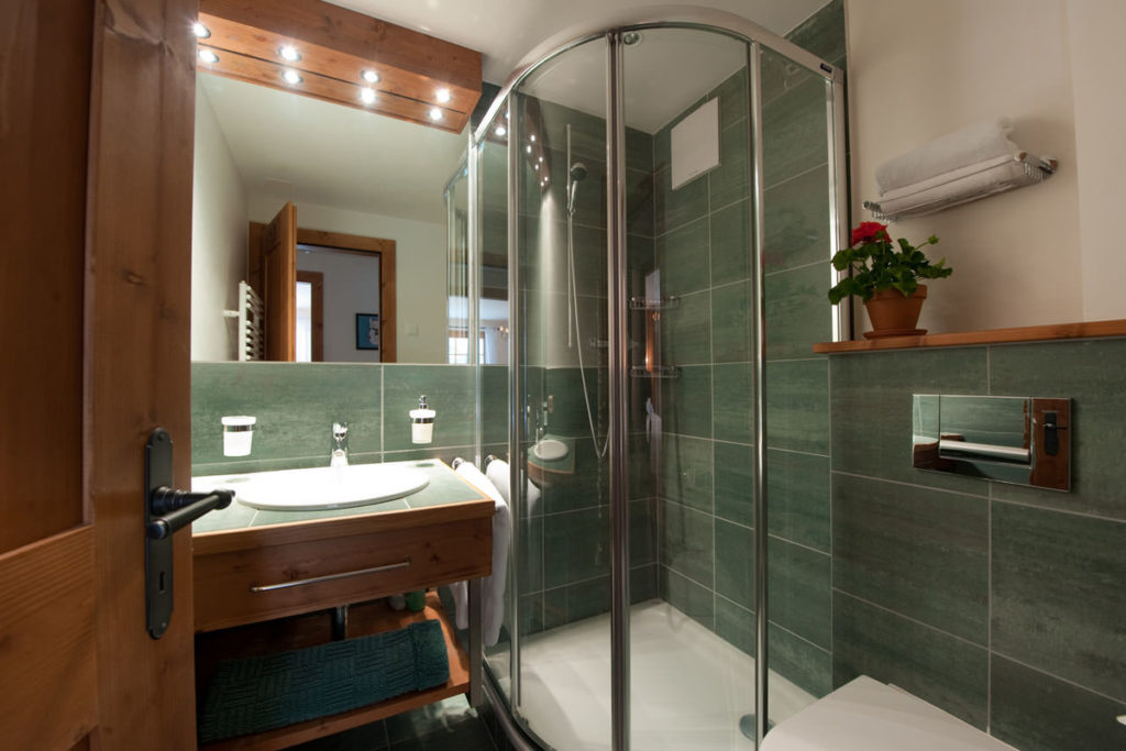 кабинка в маленькой ванной