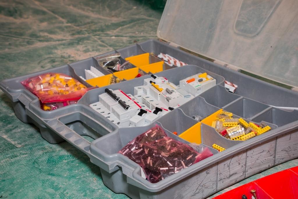 Инструменты и материалы для проведения электричества