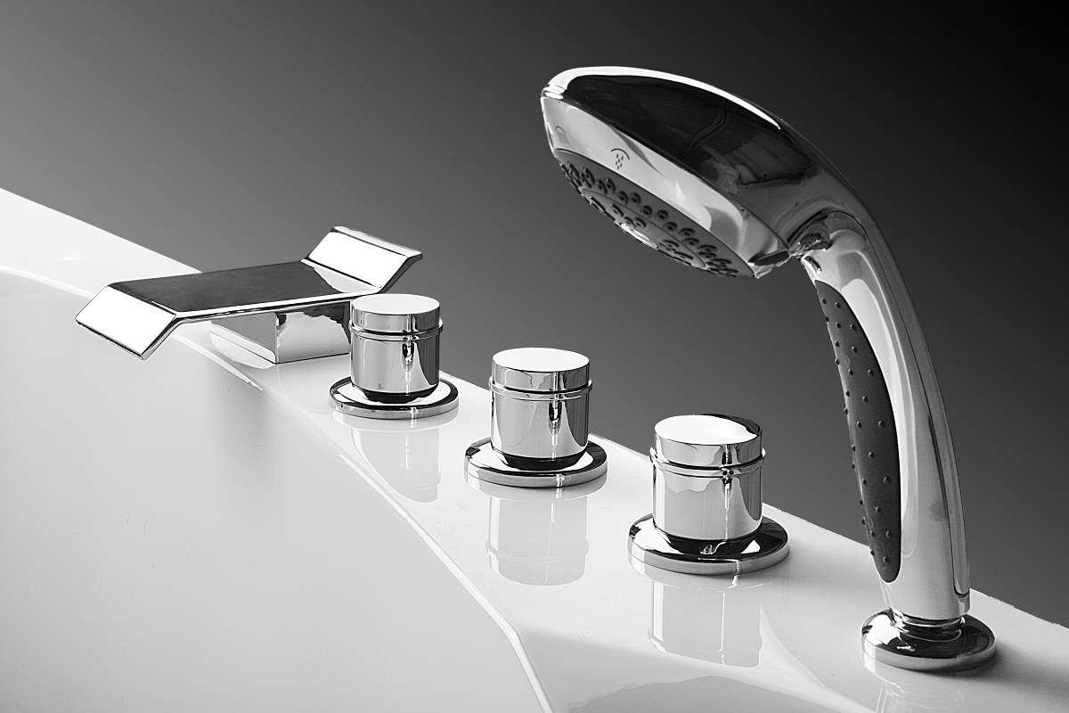 Современная модель смесителя в ванной комнате