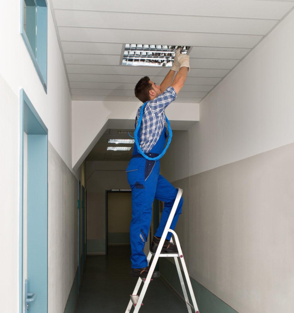 Стремянка для проведения работ по монтажу светильников